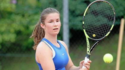 Tennisdamen glänzen mit Sieg vor Publikum und Presse